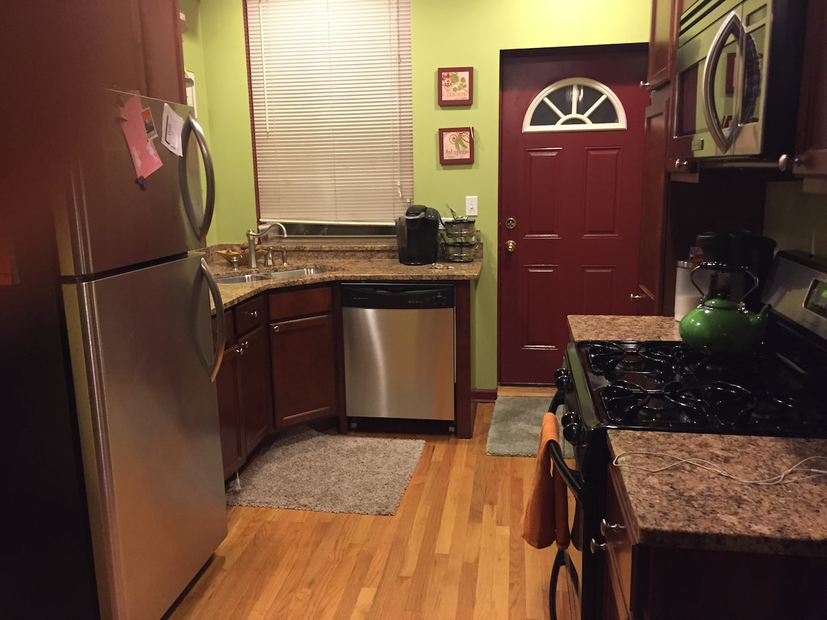 Spacious one bedroom unit close to all transportation