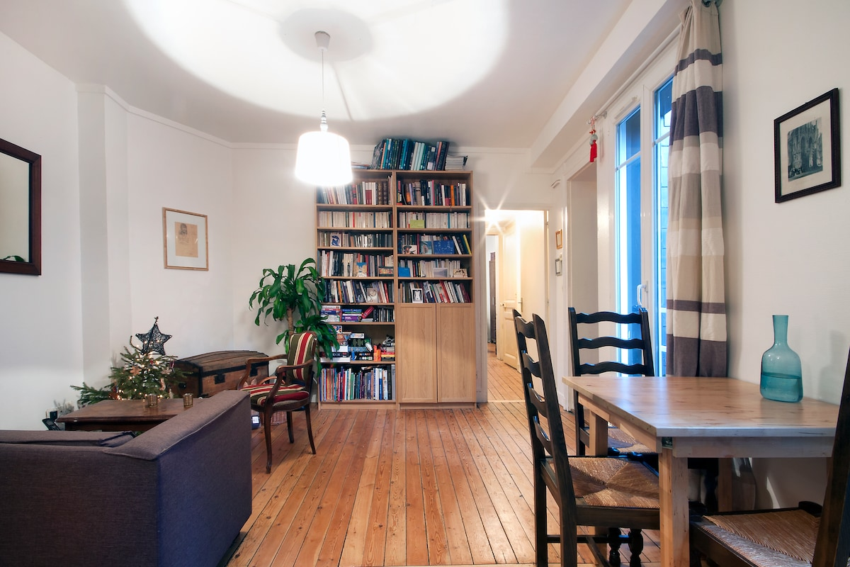 The dining room - feel free to eat, cook or read ! (salle à manger, accès libre pour cuisiner, se reposer ou lire)