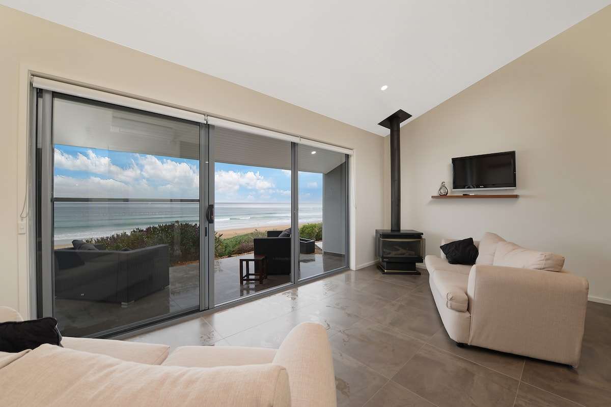 Relax in the lounge and watch the surf, only 40m to the sand. Gas log fire, free wifi, cable TV