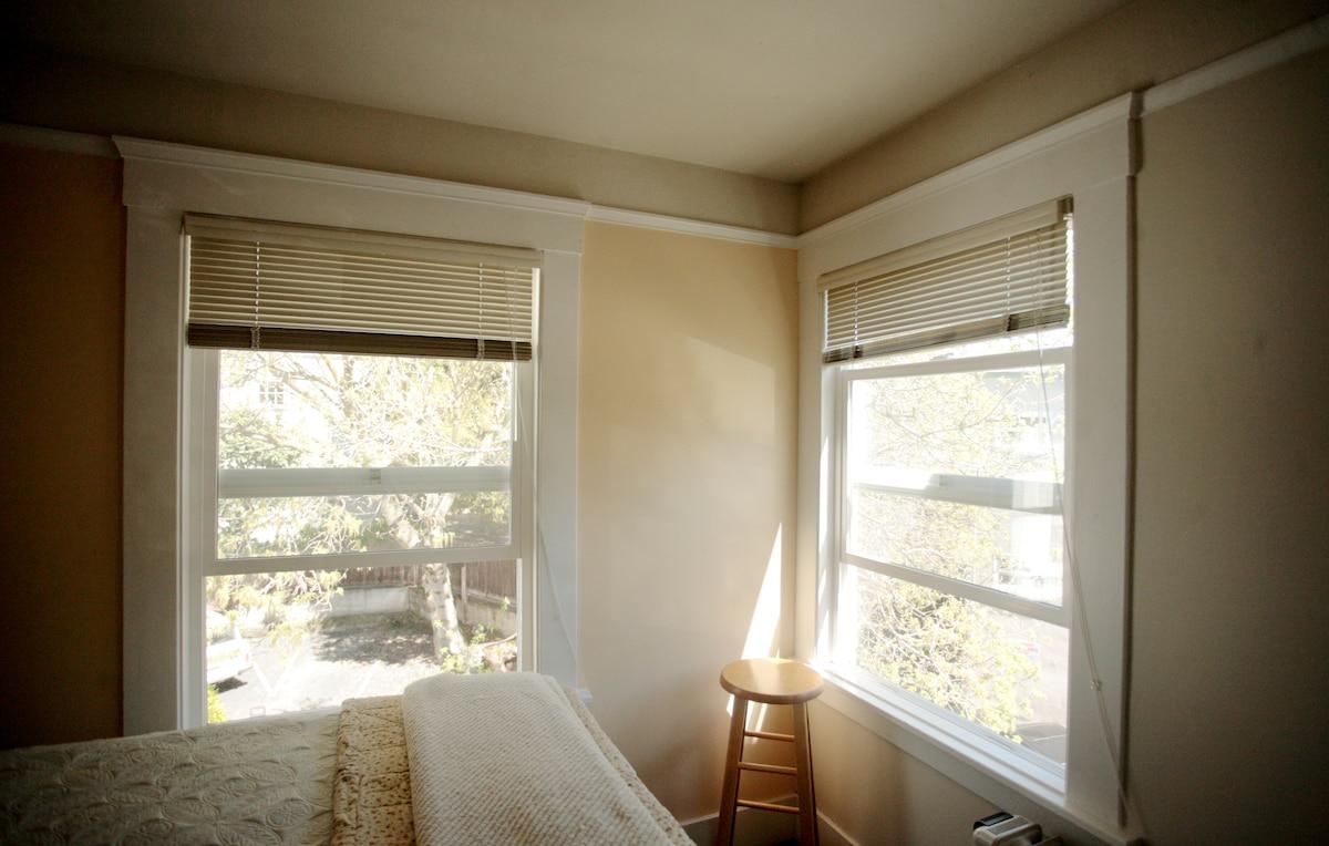 "Sunny ""treehouse"" rms near Piedmont"