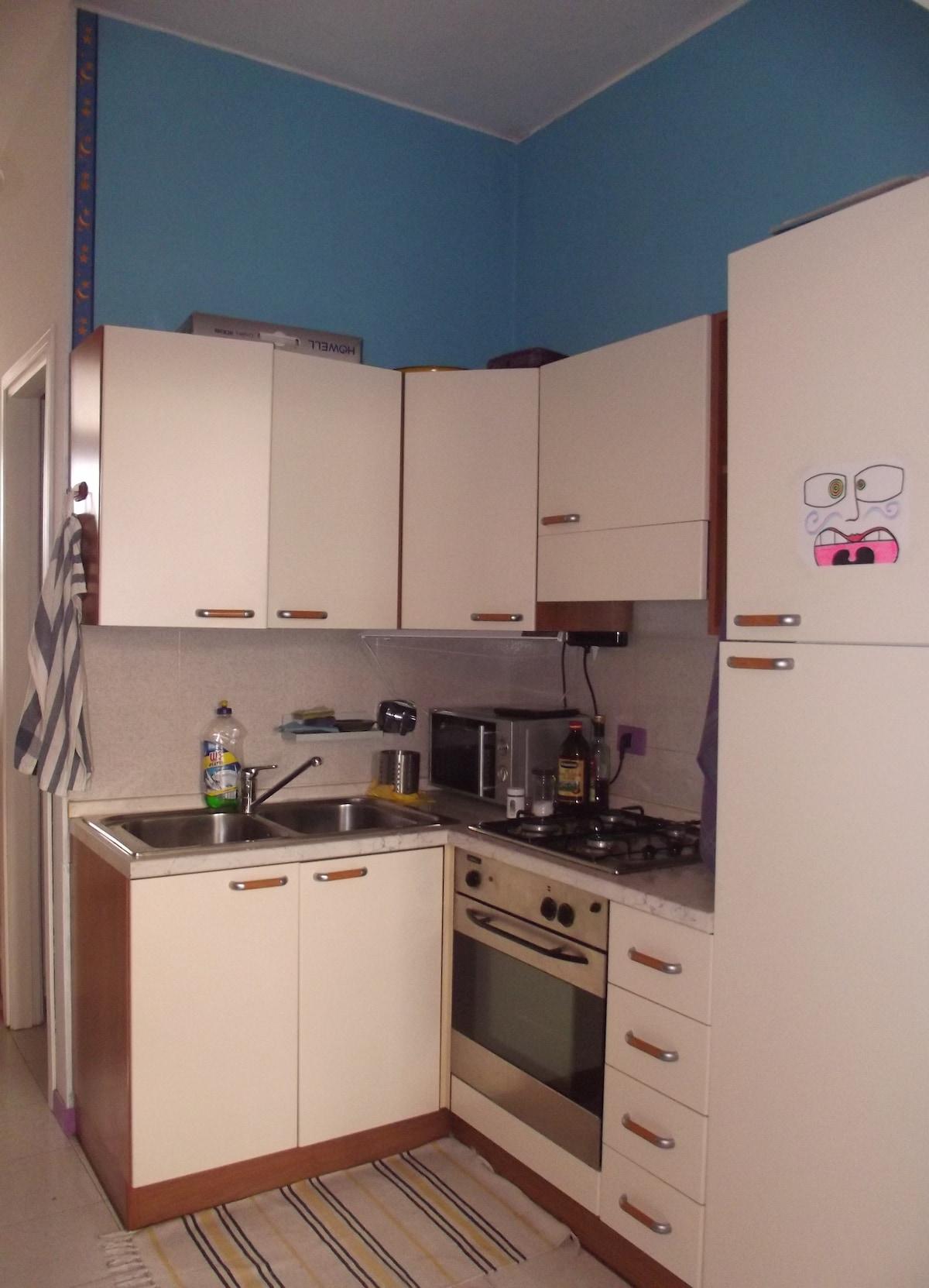 La cucina, attrezzata  con tutto il necessario e forno a microonde