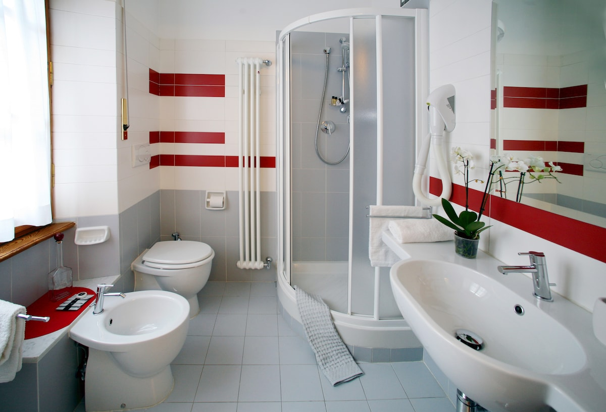 Airy   ensuite bathroom with window. Toiletries are provided