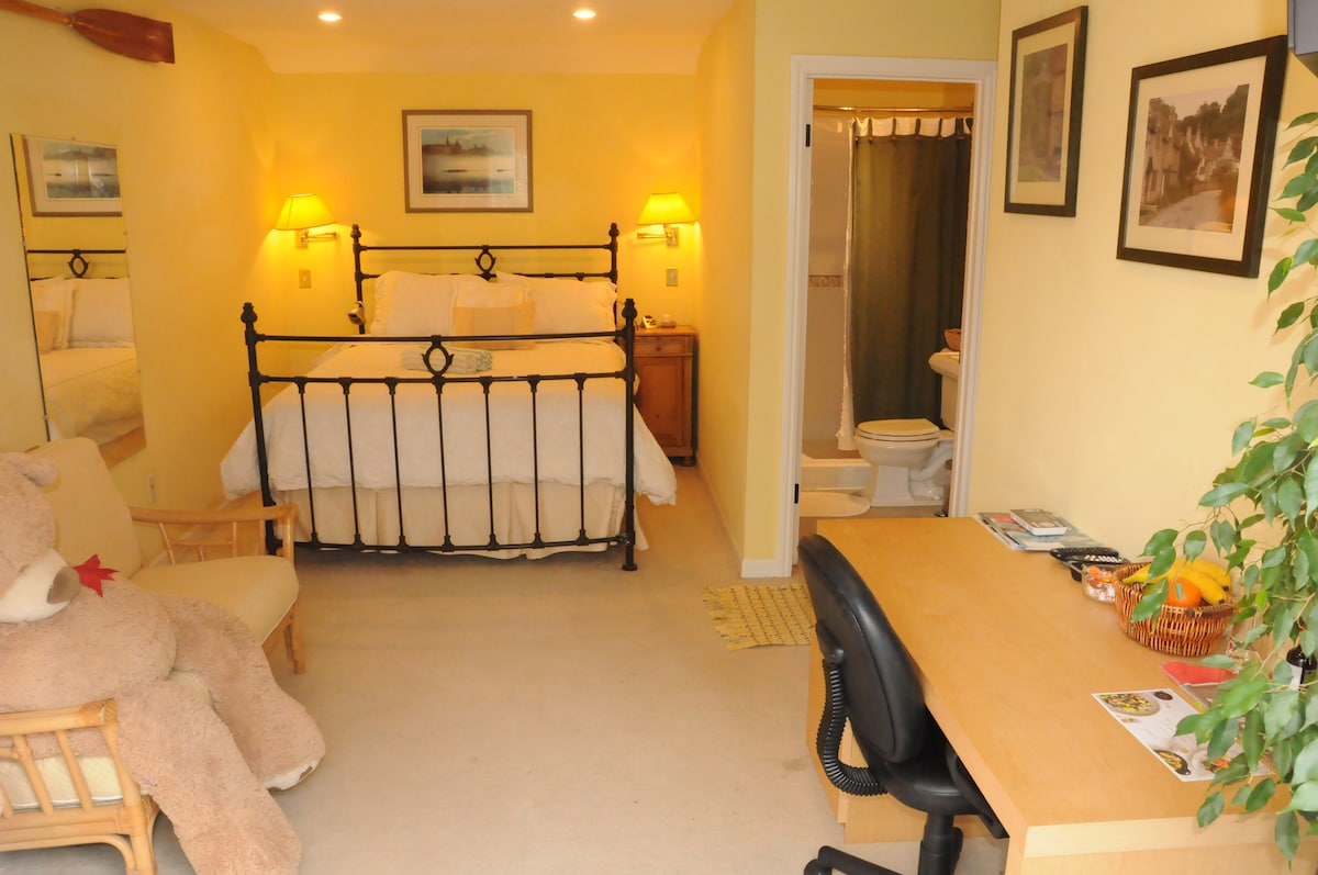 Large enSuite Queen Room with Desk