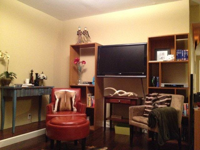 Perfect room for reading or TV with Cable/HBO and 2 pay per view movies per rental !!