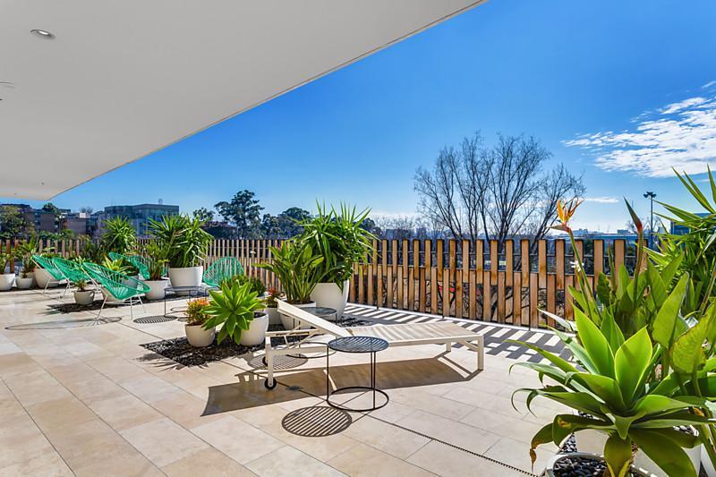 Modern 2 Bdrm Flat w/ Pool & View