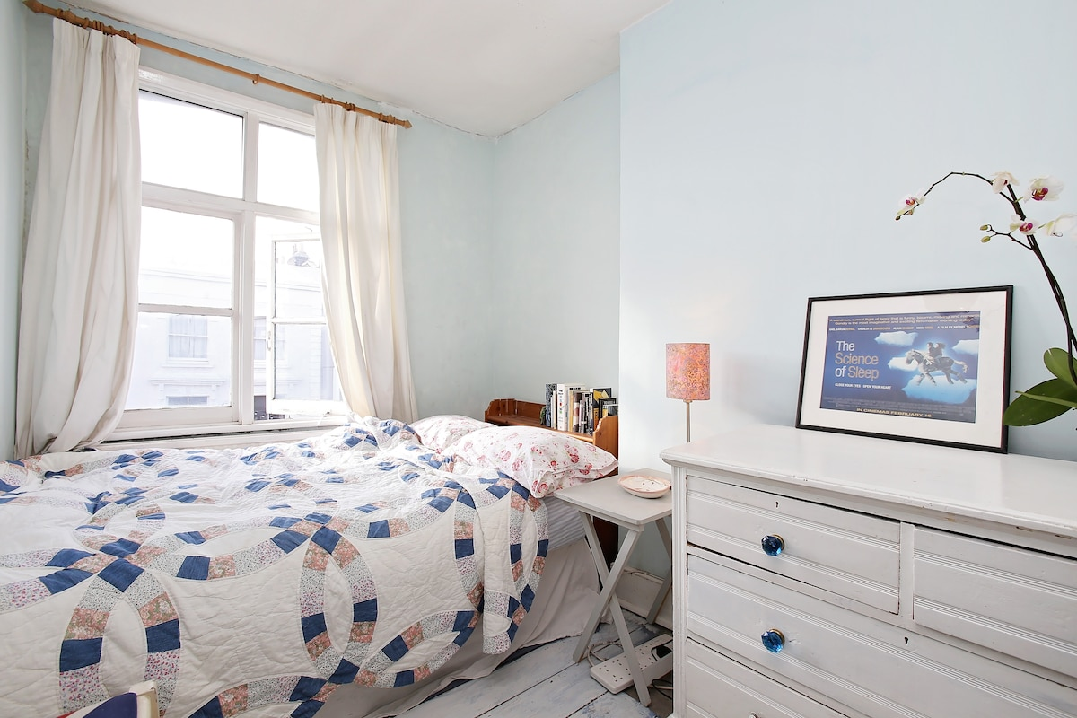 Room overlooking Portobello Road