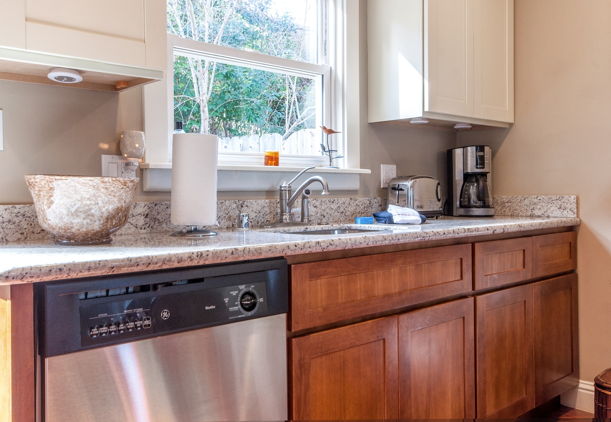 The full kitchen boasts granite countertops and stainless steel appliances including stove/oven, dishwasher and fridge!