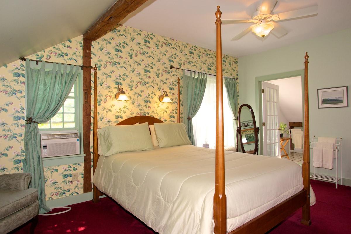 Sunny room in landmark country inn