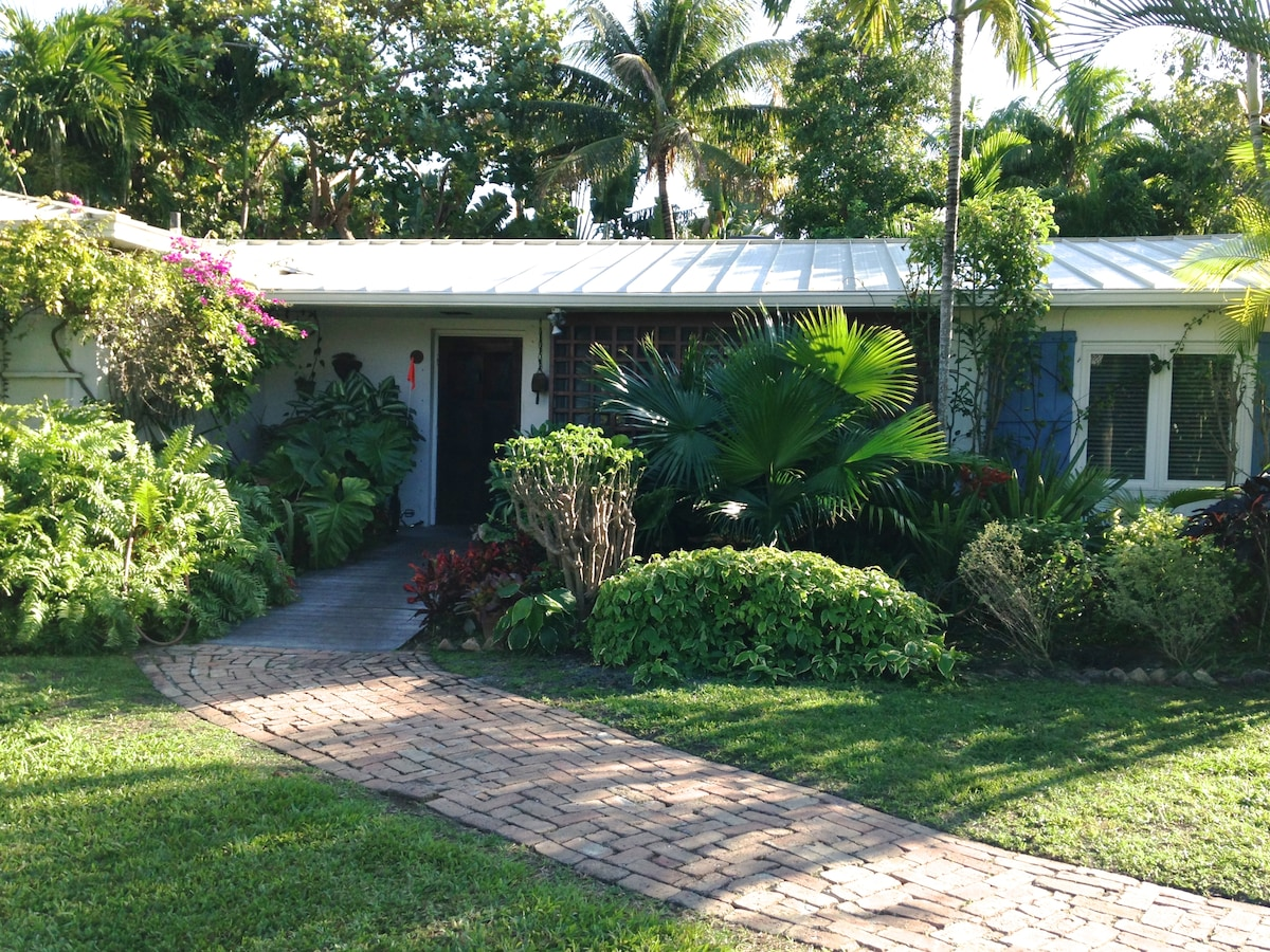 Cozy tropical island house sleeps 9