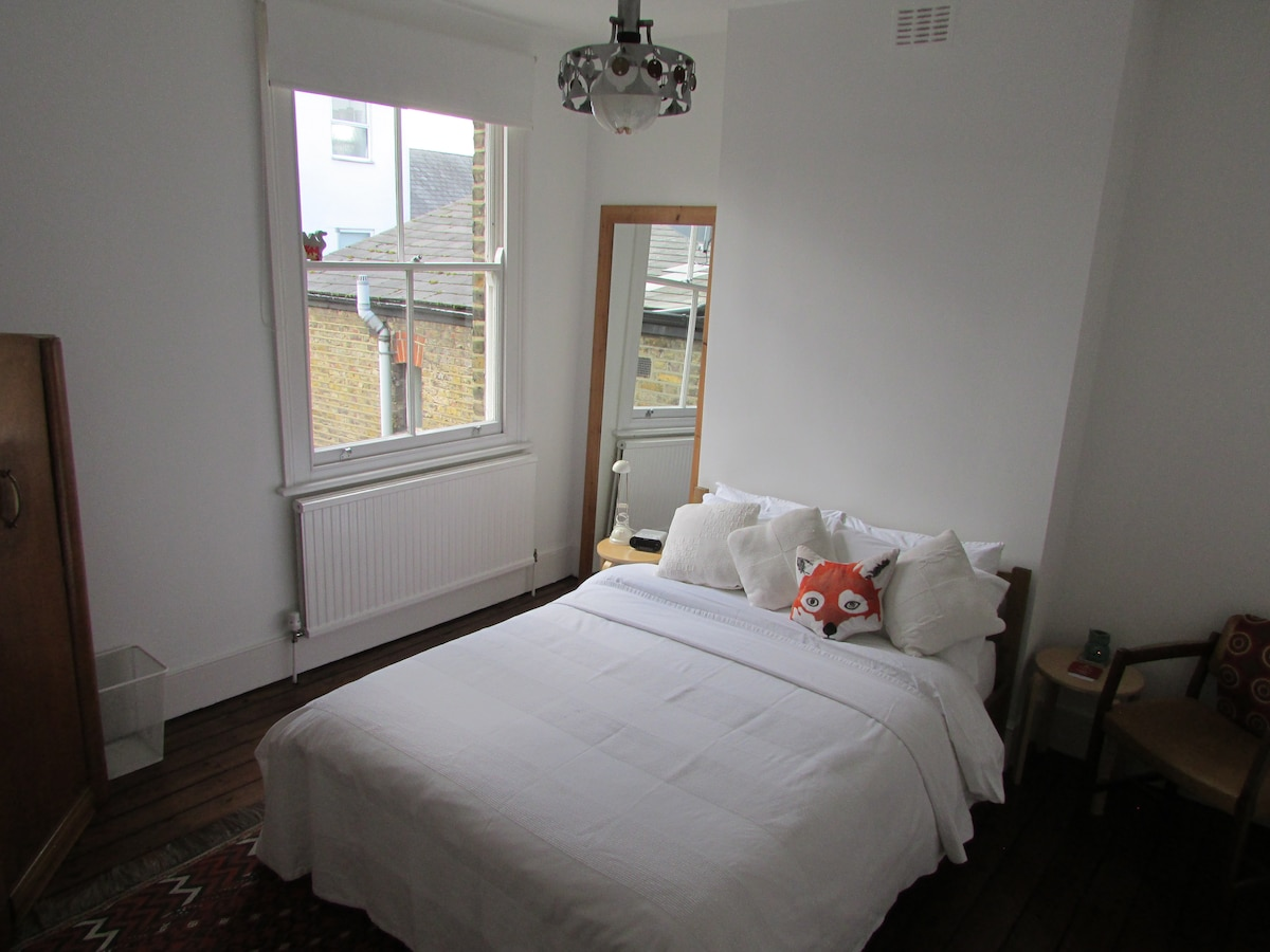 Airy room + own bathroom in Dalston