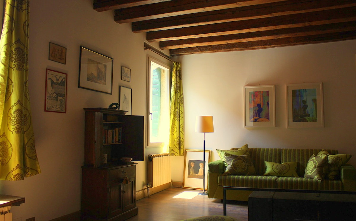Salotto con soffitto con travia a vista e parquet - Living room with wooden ceiling with exposed beams and parquet