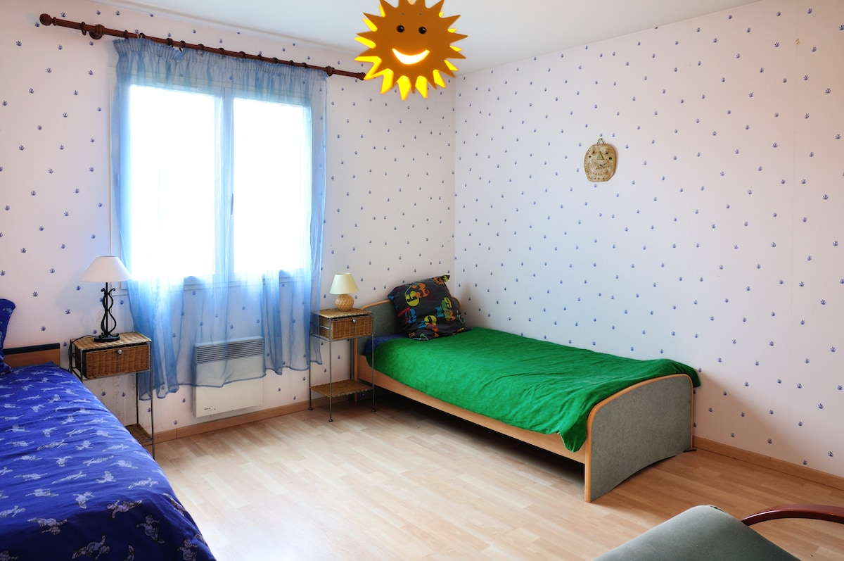 CHAMBRE SPACIEUSE AUSSI