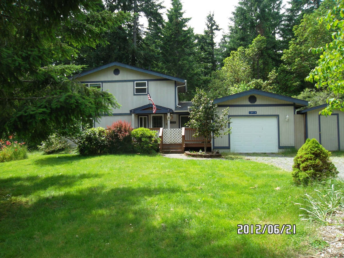 This home is a seven minute drive from the ferry landing....on the golf course fairway, with wooded views!