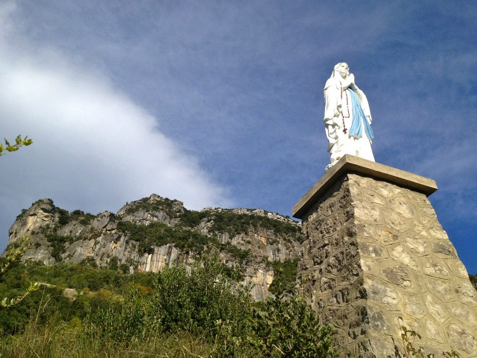 CHATEAUZEN Statue of the Virgin Mary in the property