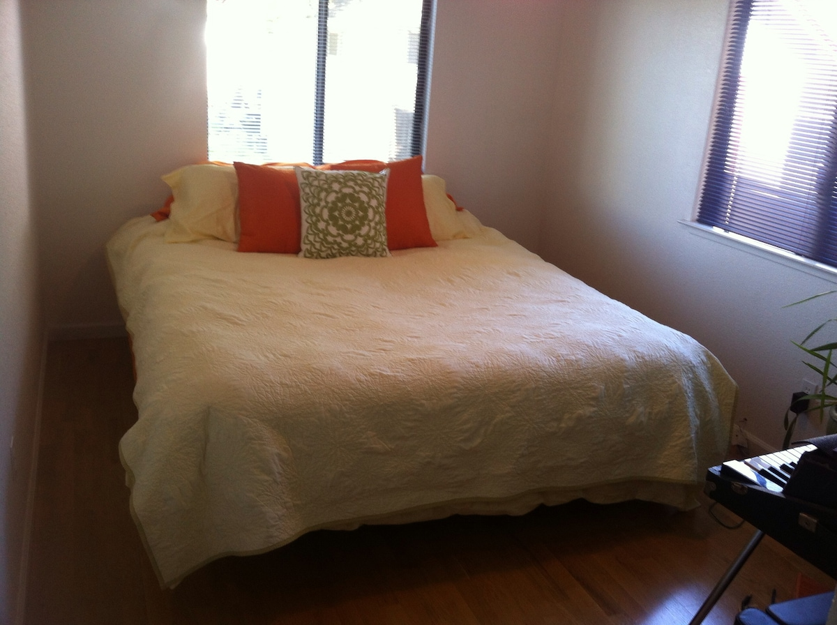 Room w comfy Cal King Near Downtown