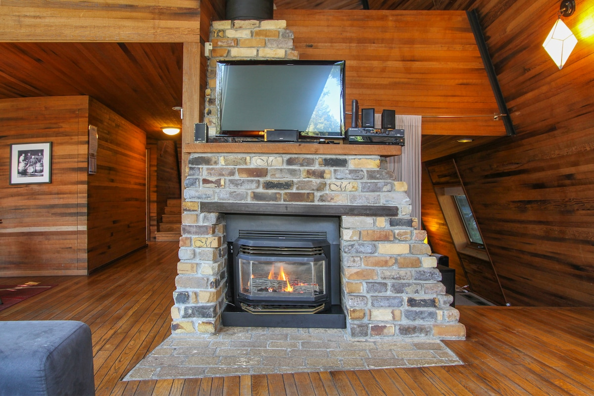 Relax in front of the fireplace!