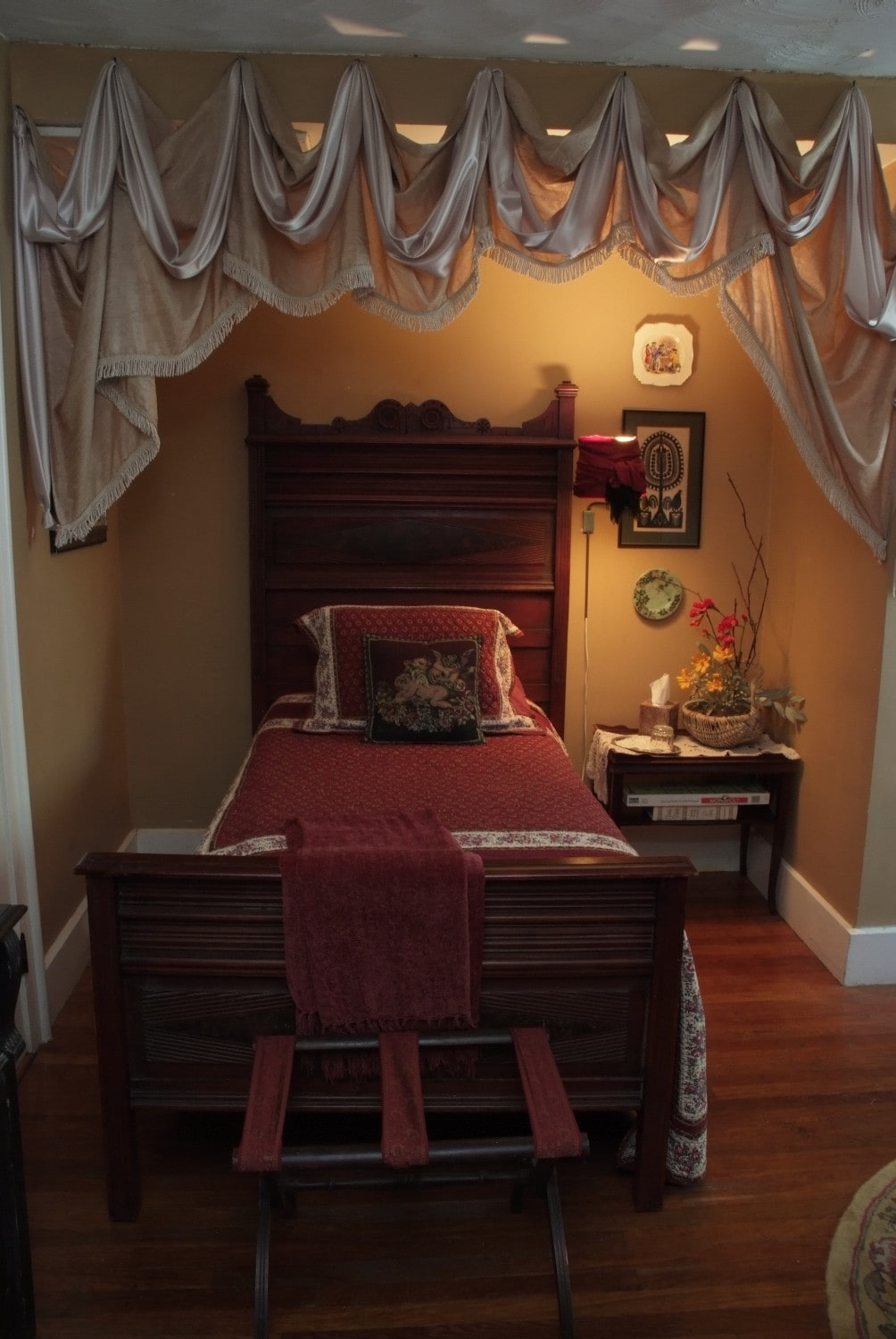 Freud Suite - Twin Bed has a door to shut between the 2 rooms for privacy.