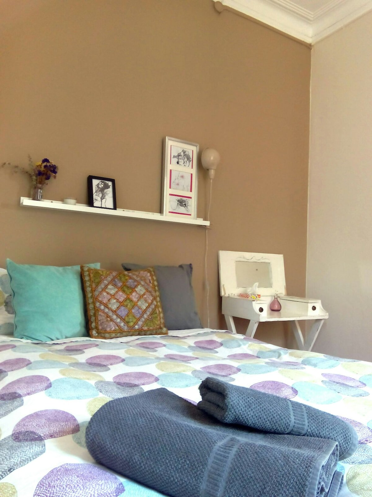 New color wall painted. Full of details: Vintage night table, indian cuchuon, flowers...