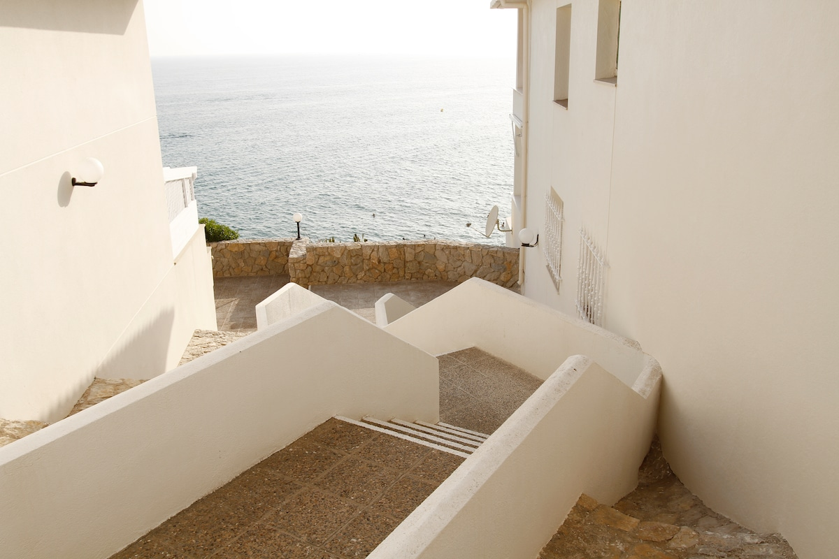 The apartment has private and direct access to 2 different beaches of Salou. With showers.
