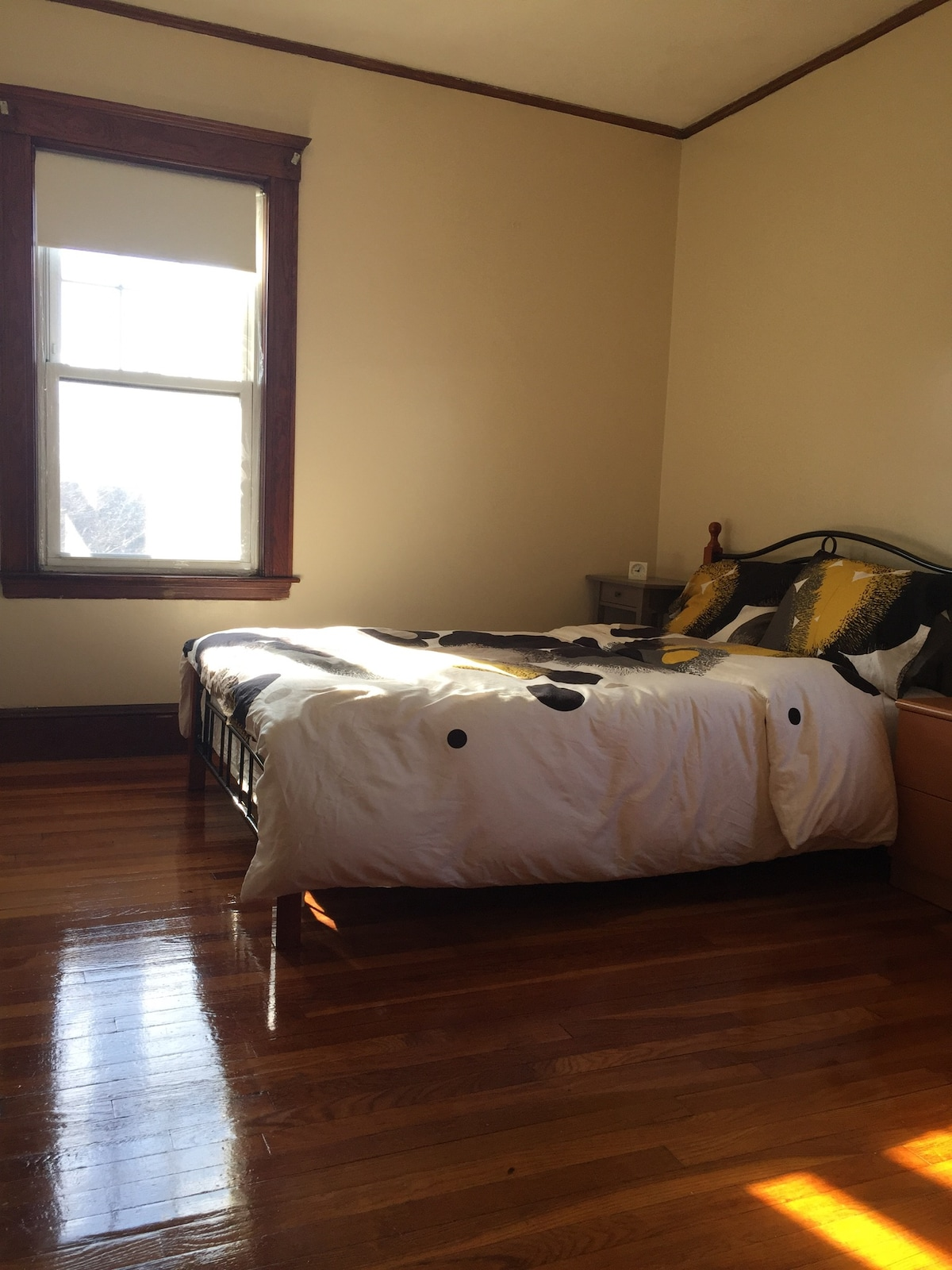 sunny and warm bedroom, 1min to T.
