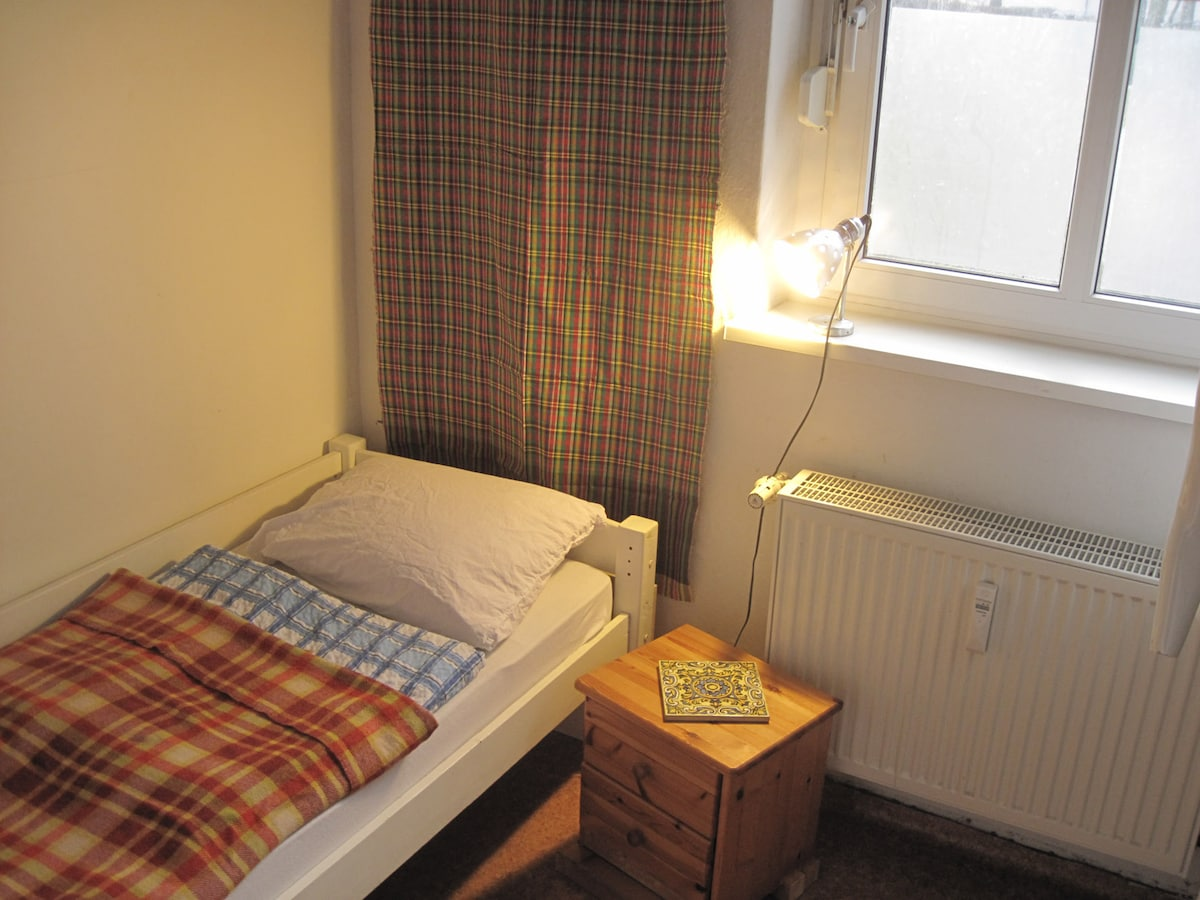 central quiet wifi single bed no2