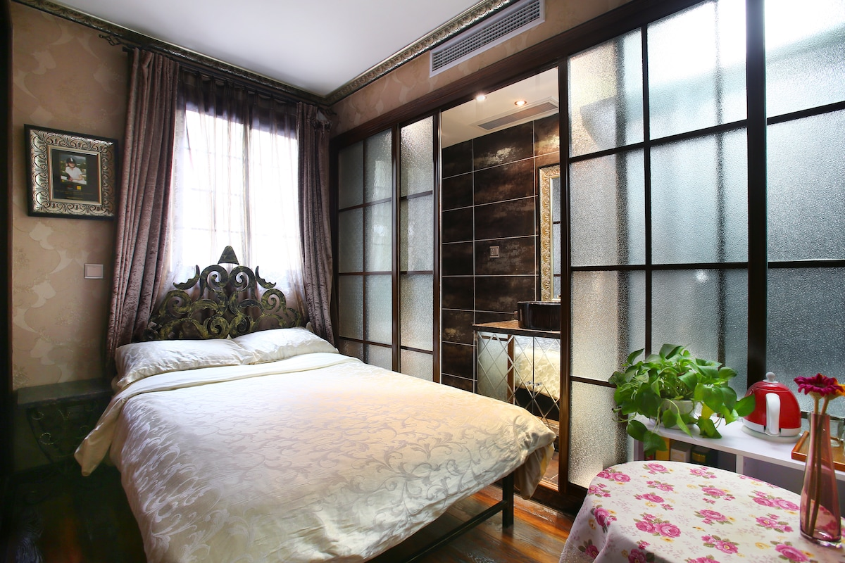 Vintage room+private bath in FFC