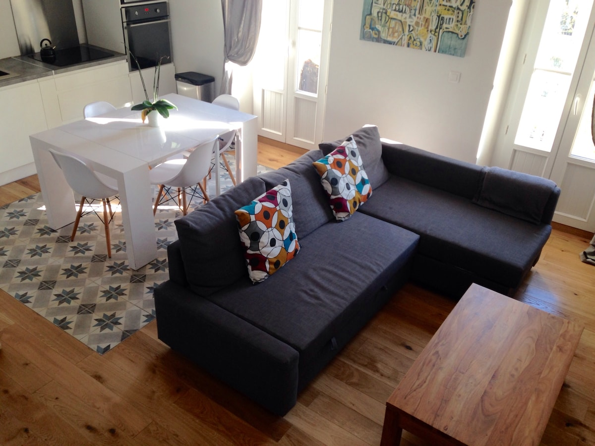 Cuisine ouverte sur salon, grande pièce à vivre, avec balcon.
