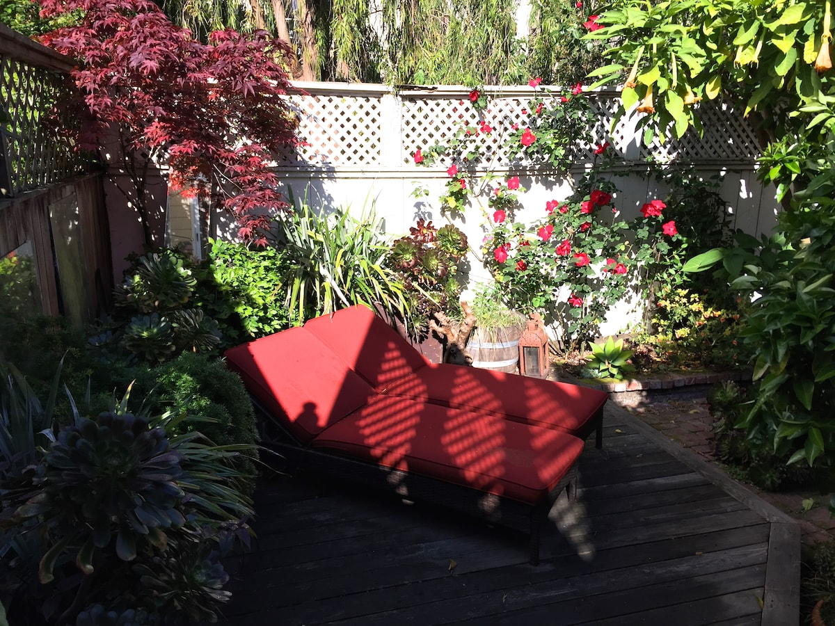 Shared outdoor space includes welcoming chaise longue--humming bird sighting is almost guaranteed.
