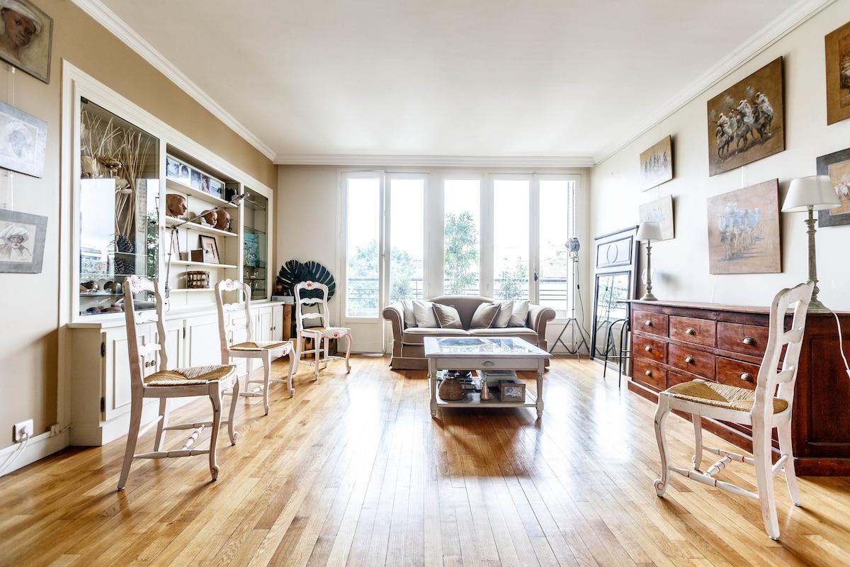 Grand salon avec une décoration raffinée