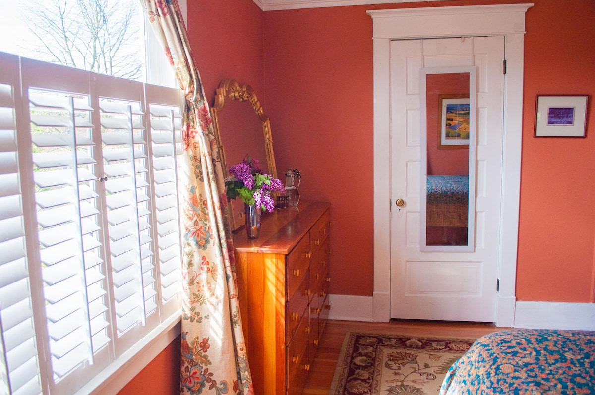 Dresser, end tables and spacious closet provide excellent storage to make yourself right at home here!