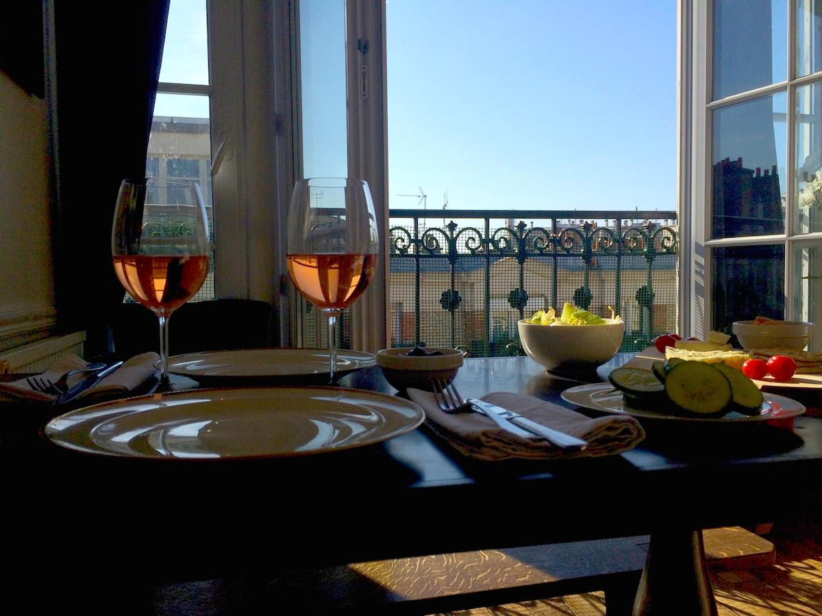 Sunny lovers nest in Montmartre