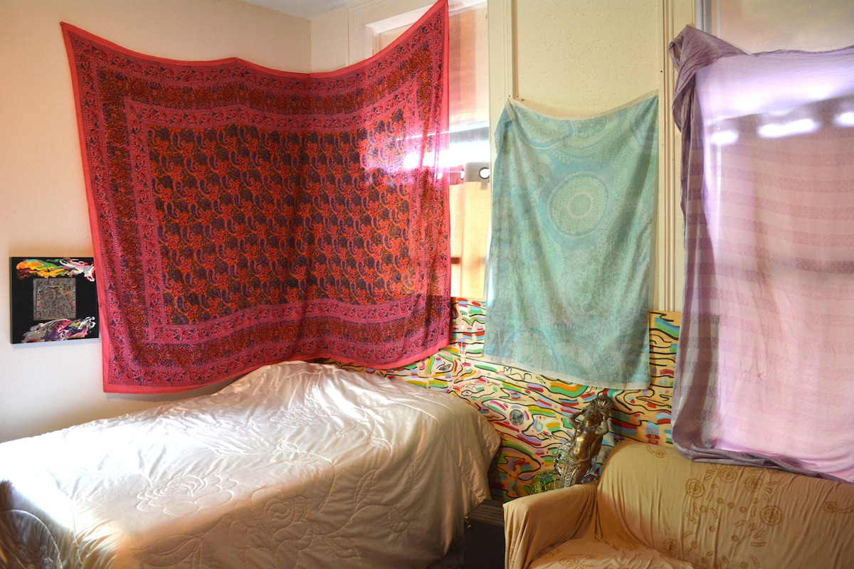 Magical room in Mid-city