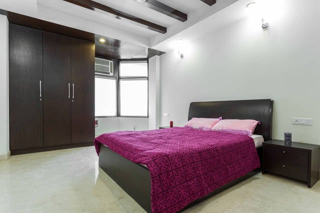 """Qutub View Apartment-Merlot room"""