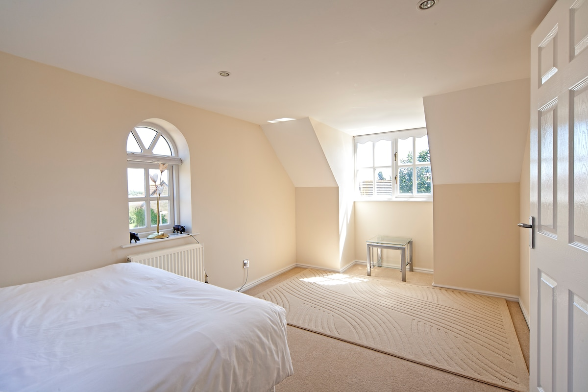 Large Double bedroom in clean house