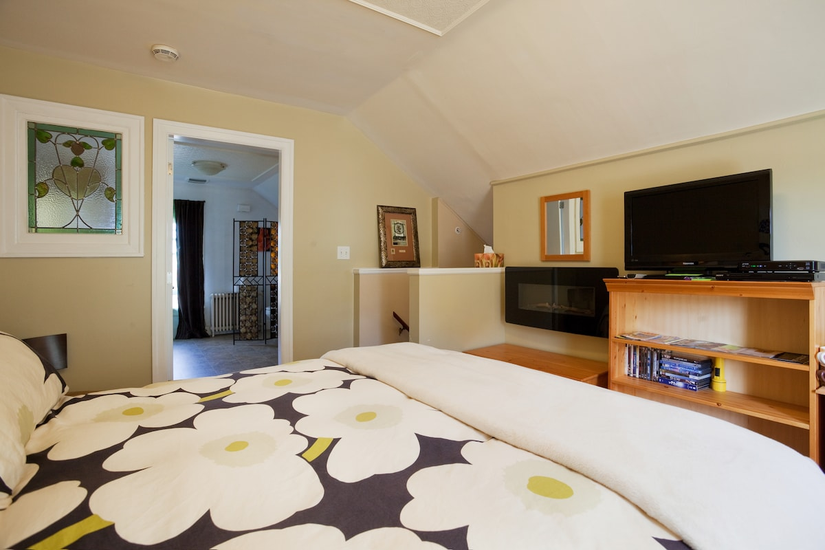 Charming Cook Street Village Suite