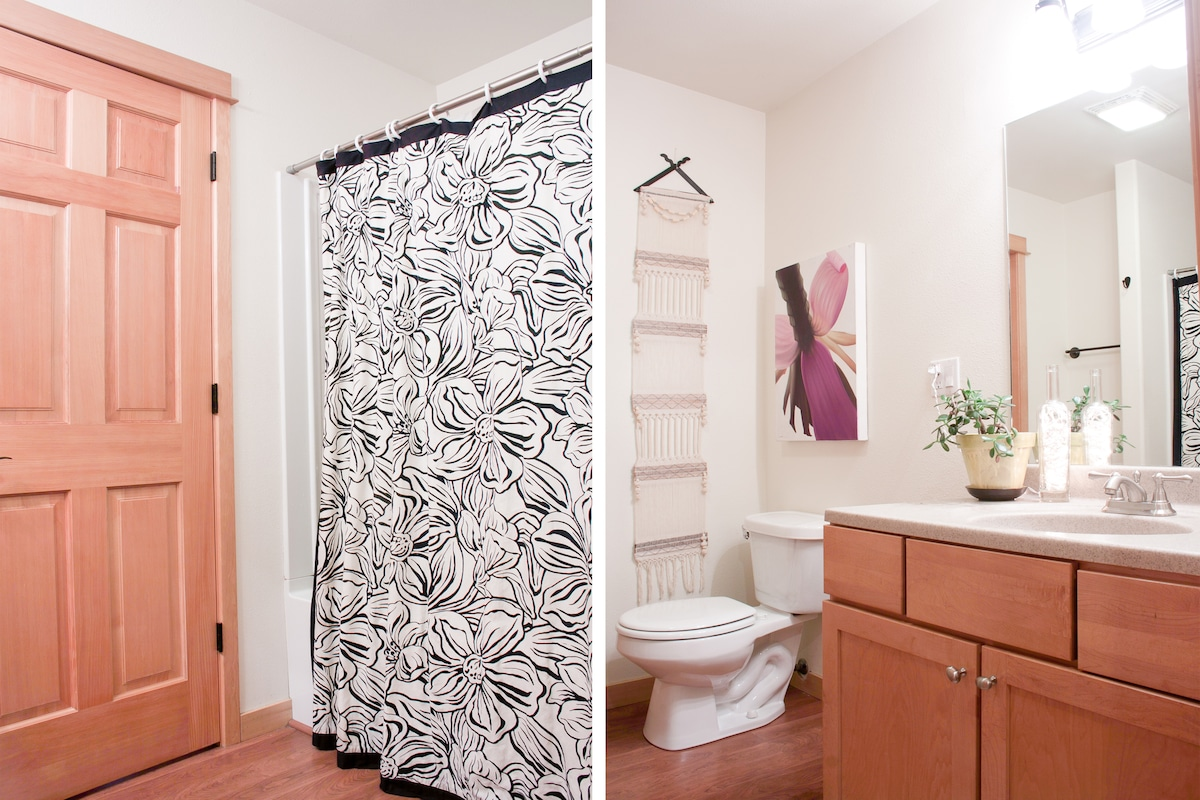 One guest room connects to this bathroom. The other guest room has hallway access.