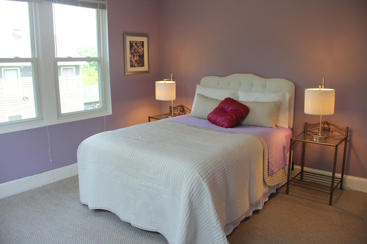 Lavender room with queen Bed