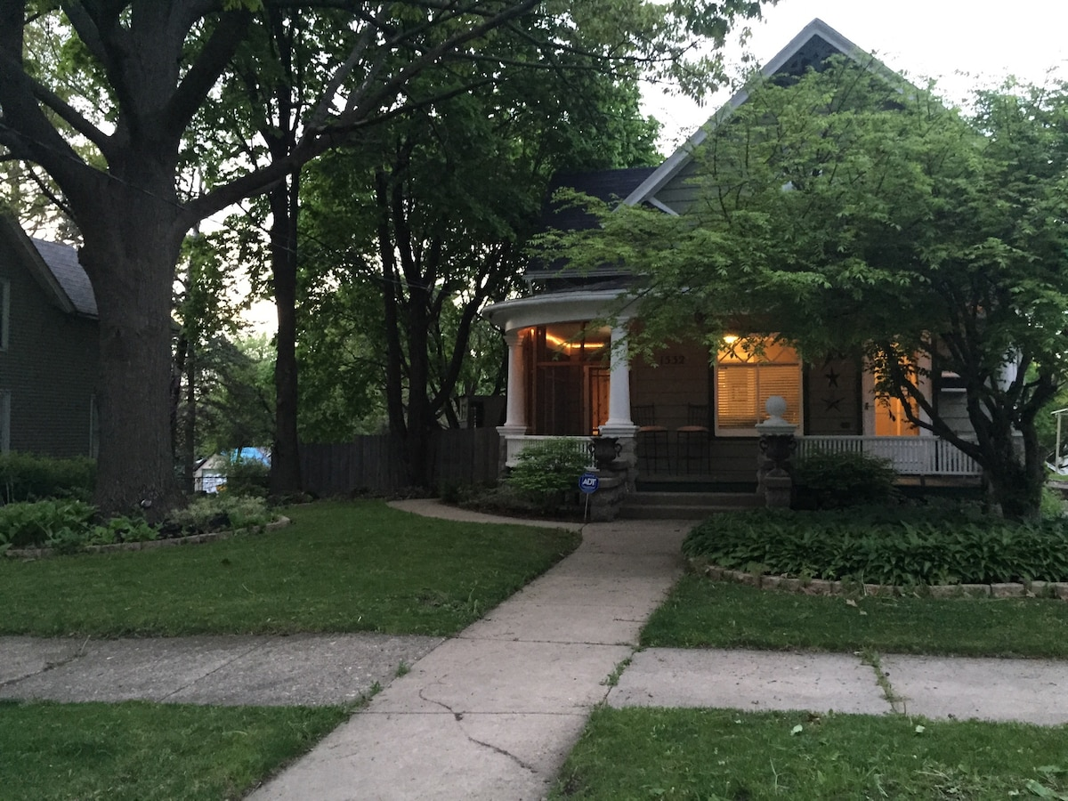 Charming Bungalow Close to Downtown