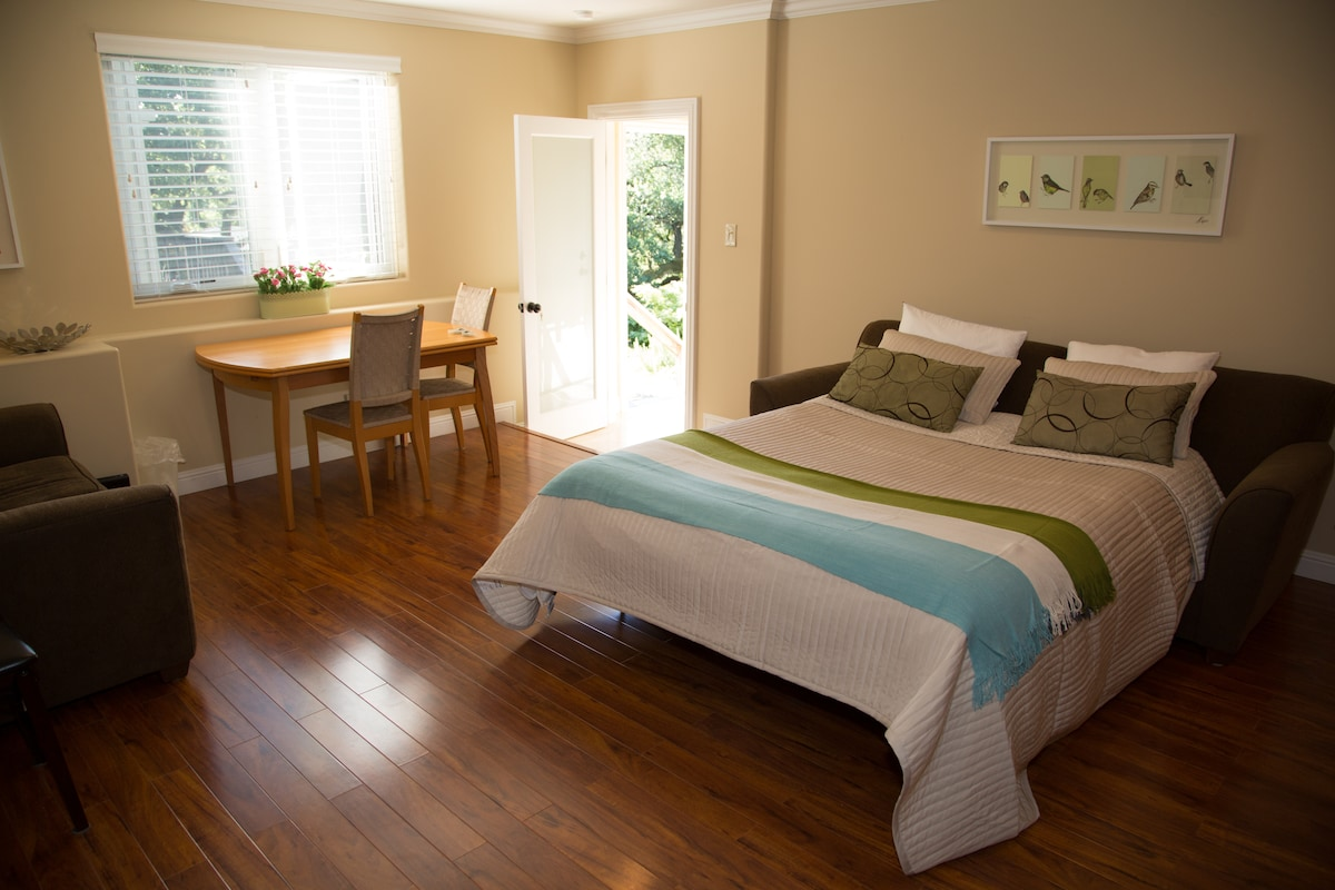 Master suite w/ separate entrance.