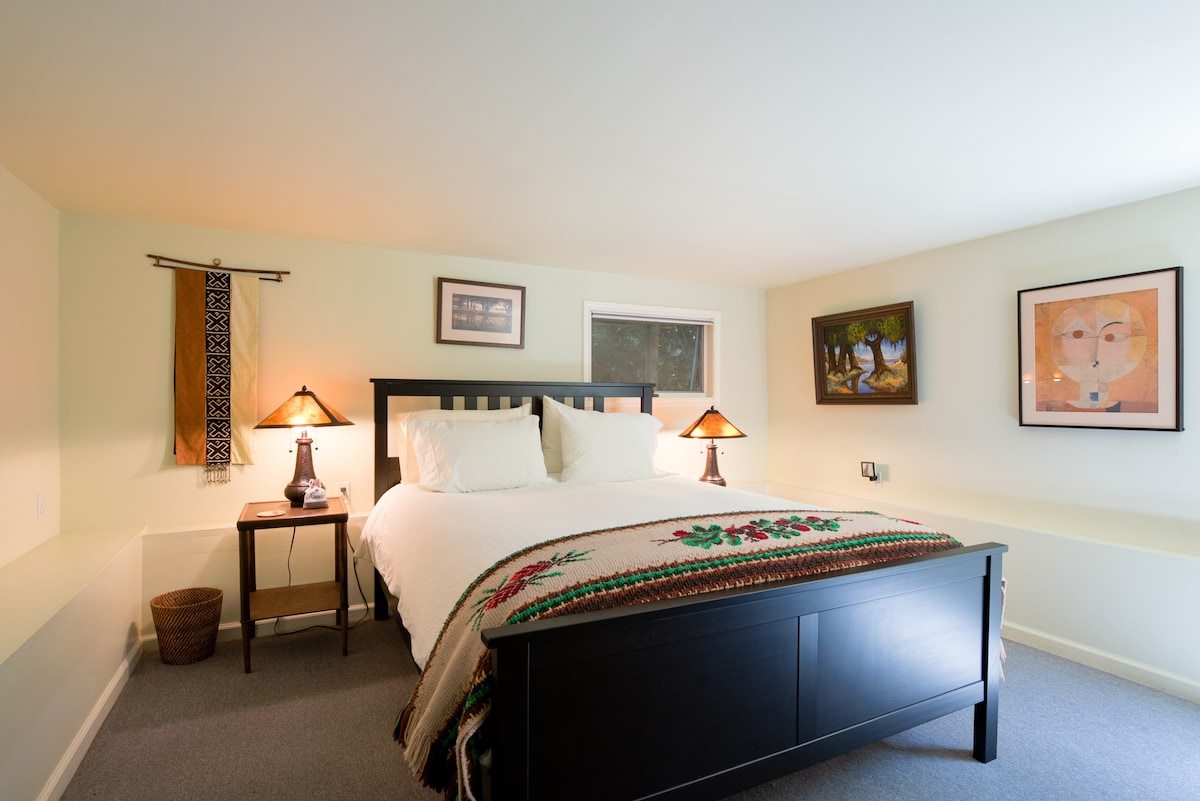 Bedroom. Queen-size bed, great linens & pillows. Windows on two sides, 5-drawer dresser, luggage racks.