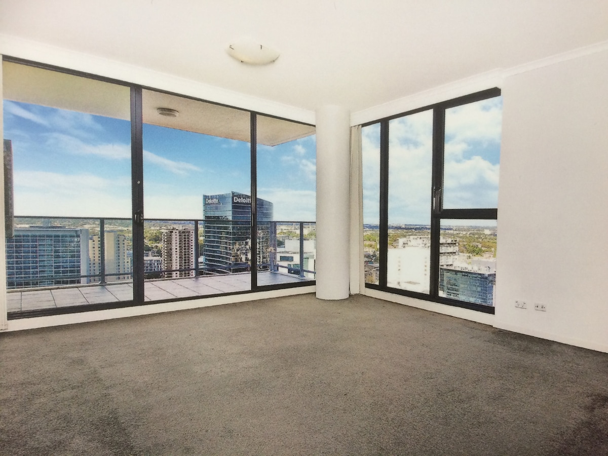 Luxury High Rise Apartment w/ View!