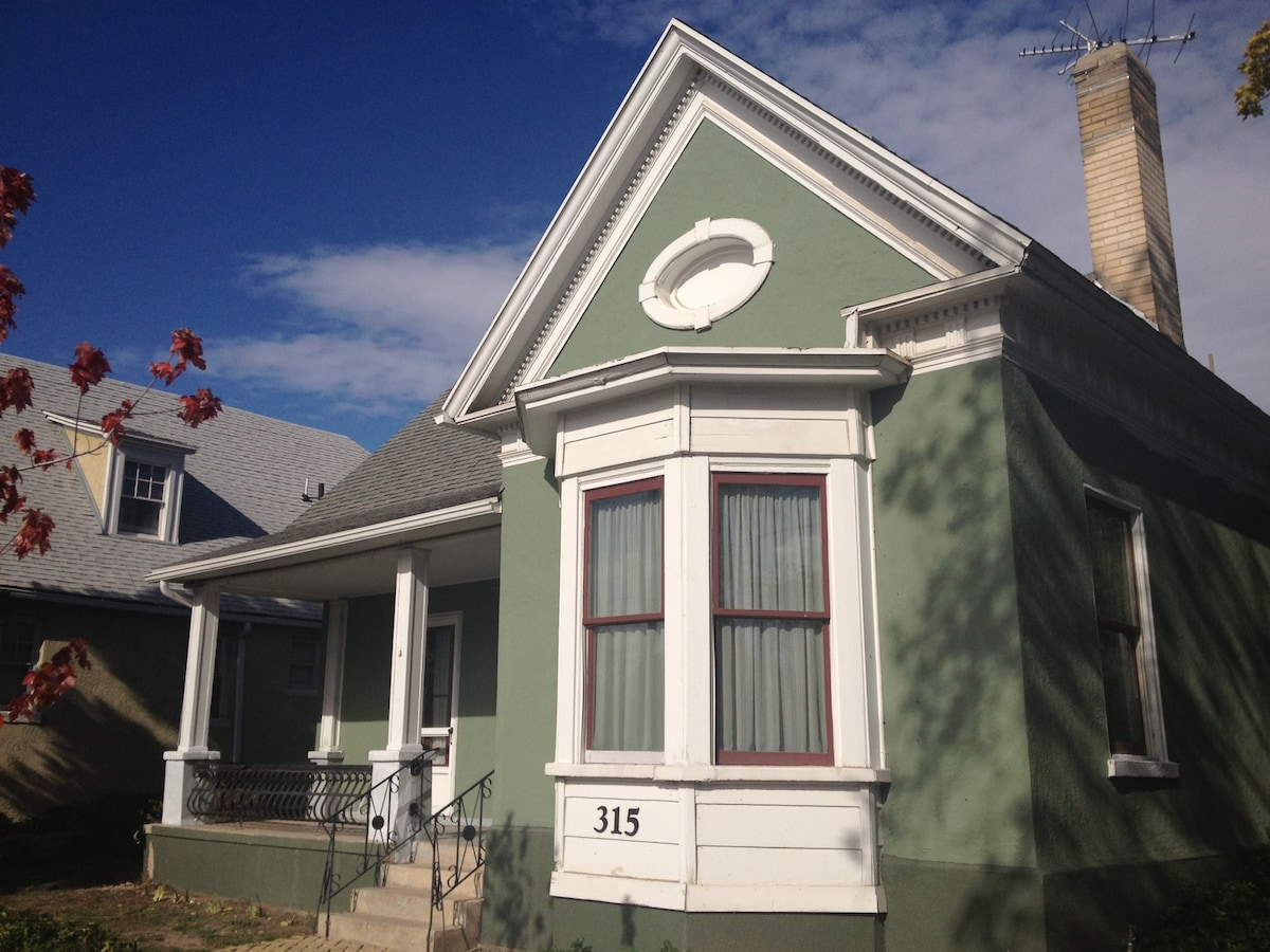 Built in 1857, renovated in 2012. One of Utah's first modern-style houses.