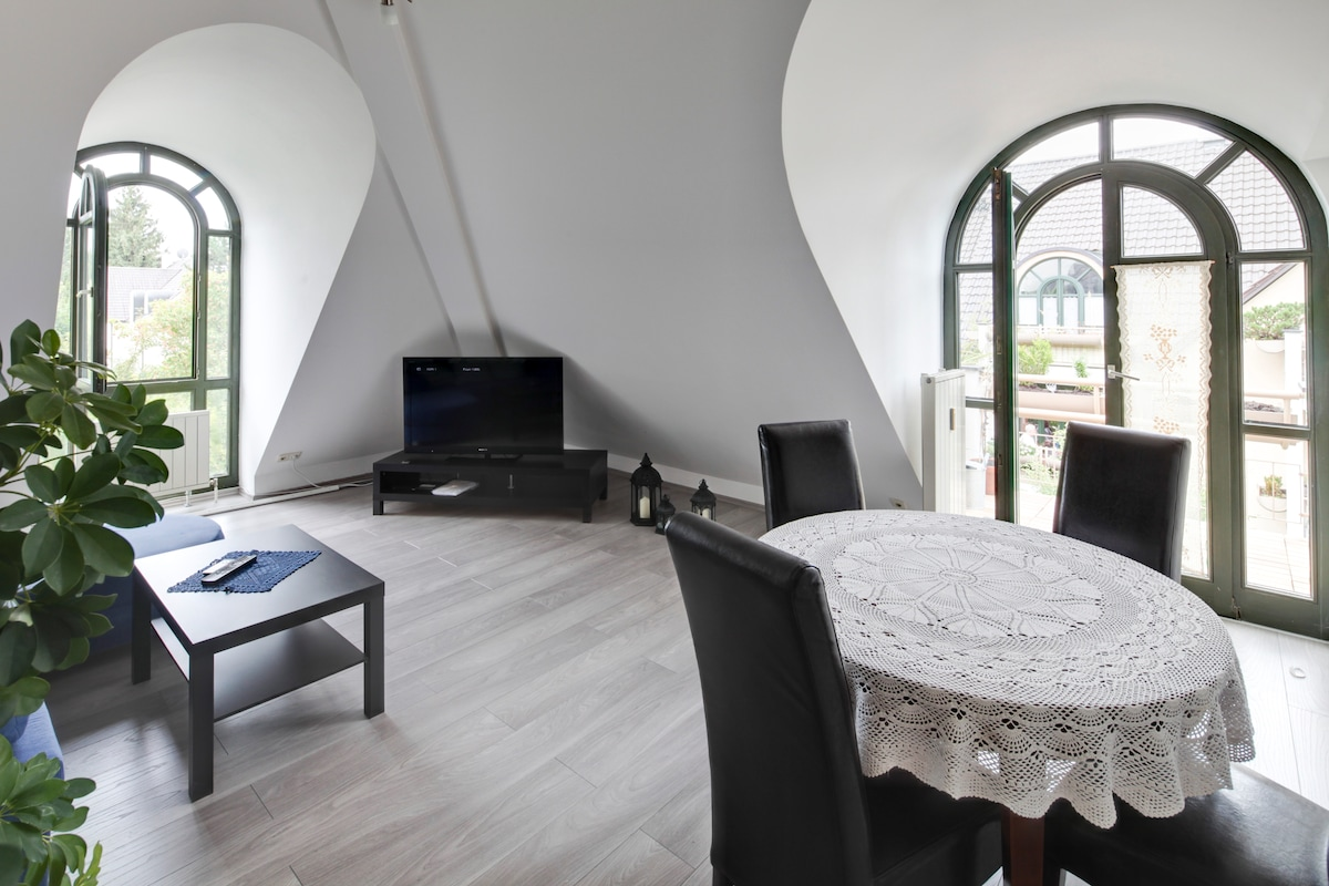 Wohnzimmer mit Tür zum Westbalkon / Livingroom with westside balcony