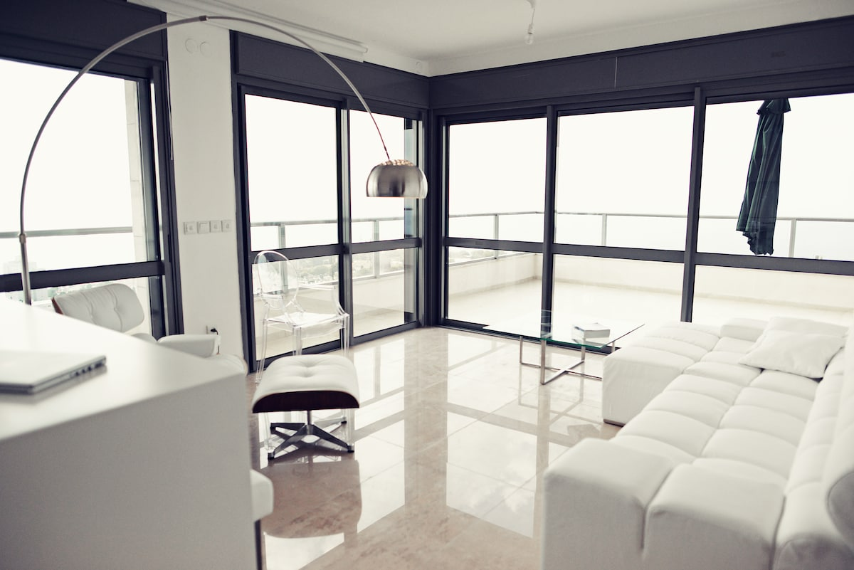 ground to ceiling glass