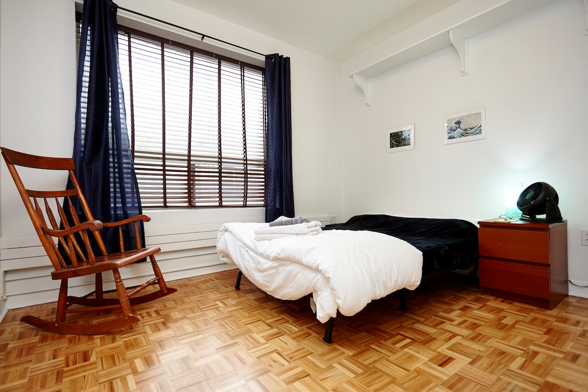 Cozy room in Vibrant Greek Town!