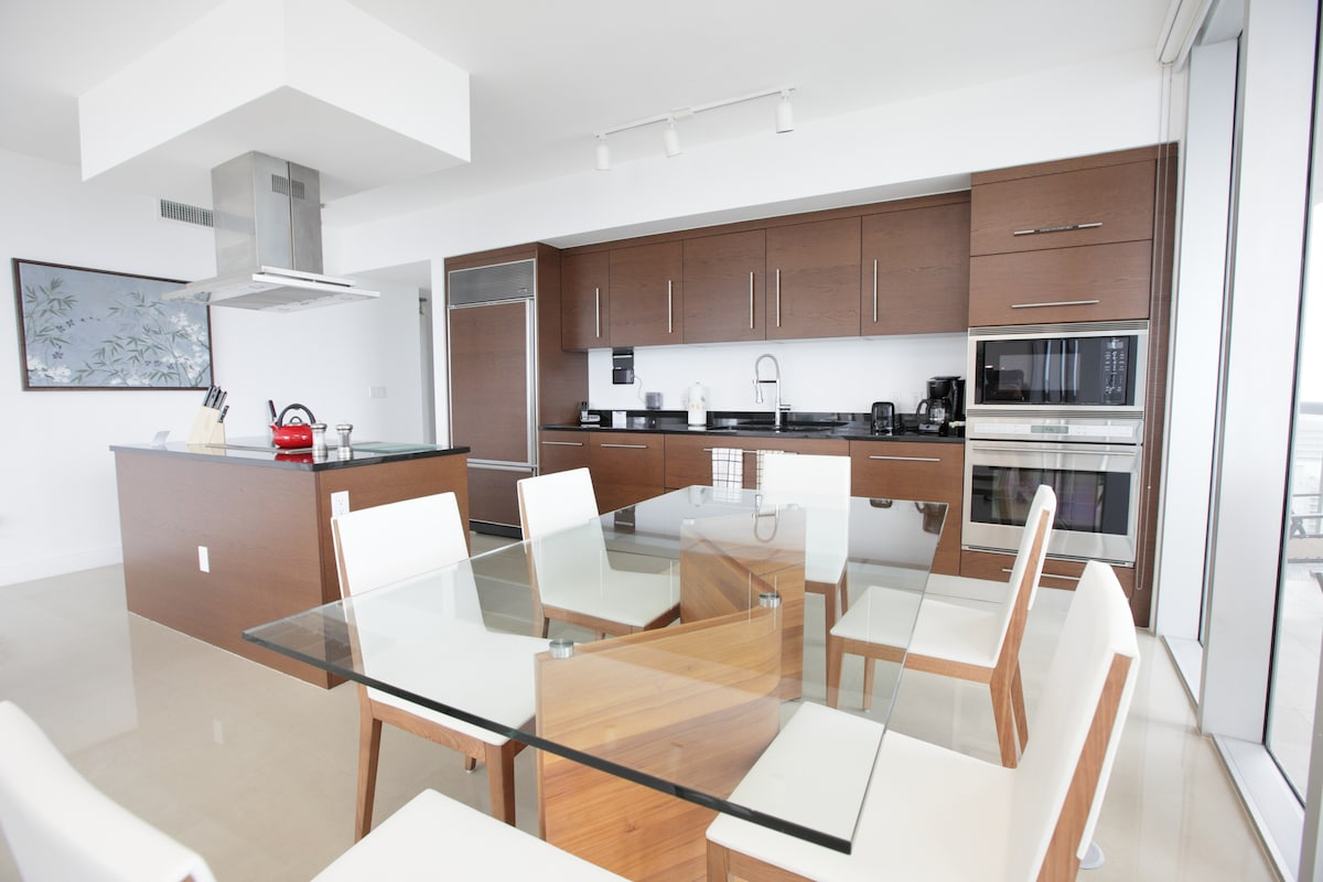 Fully-Equipped Kitchen/Dining Area