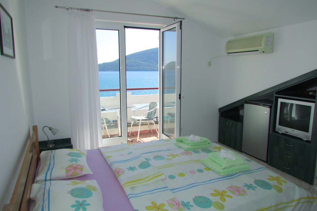 Waterfront studio for two (No4)