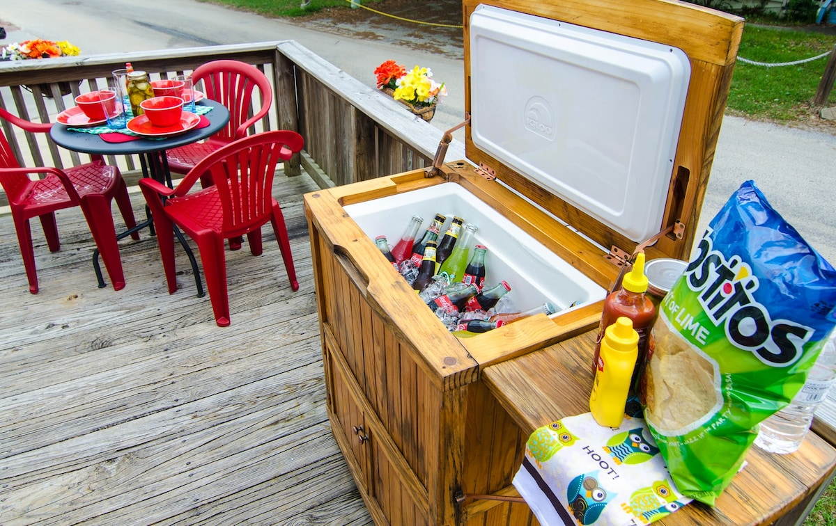 al fresco dining with plenty of room for drinks in our fancy teak deck cooler