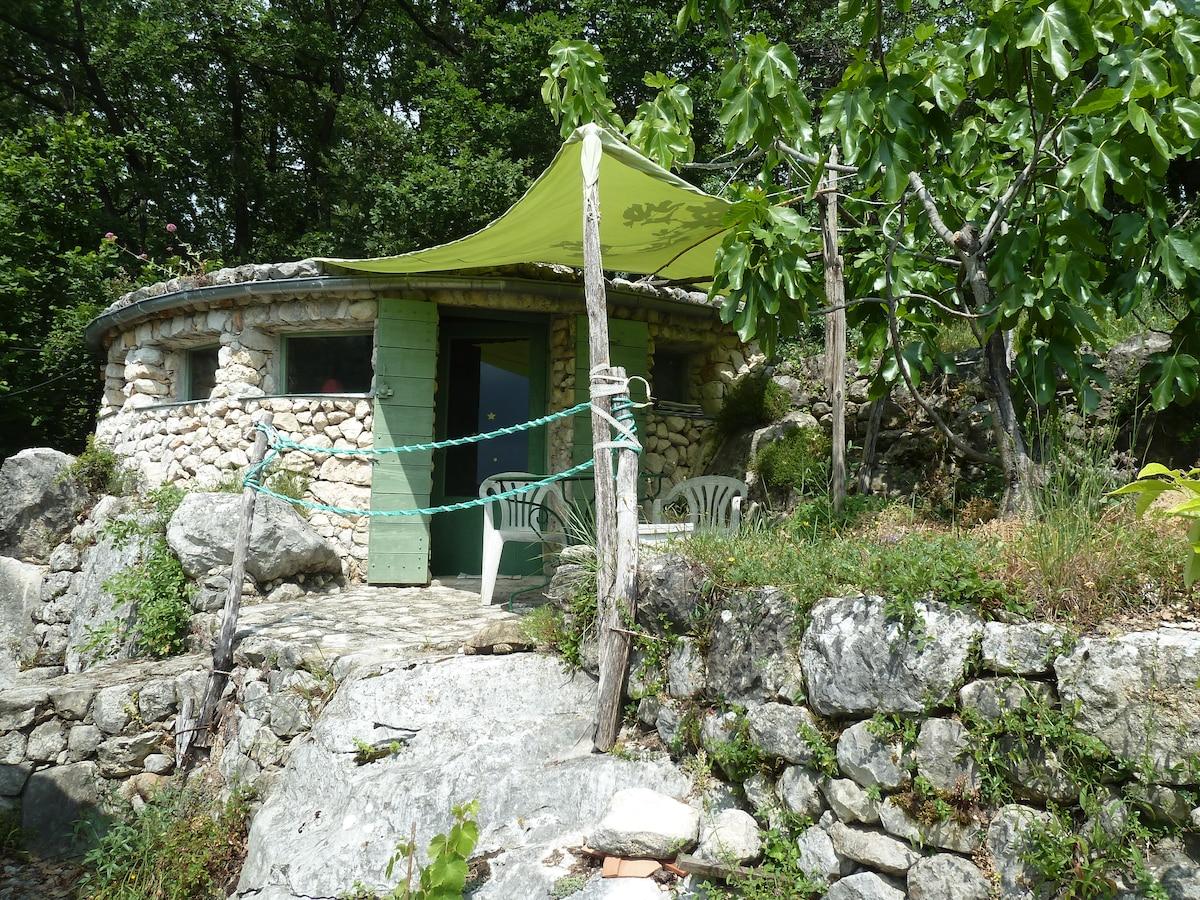 Originale maisonnette en pierre