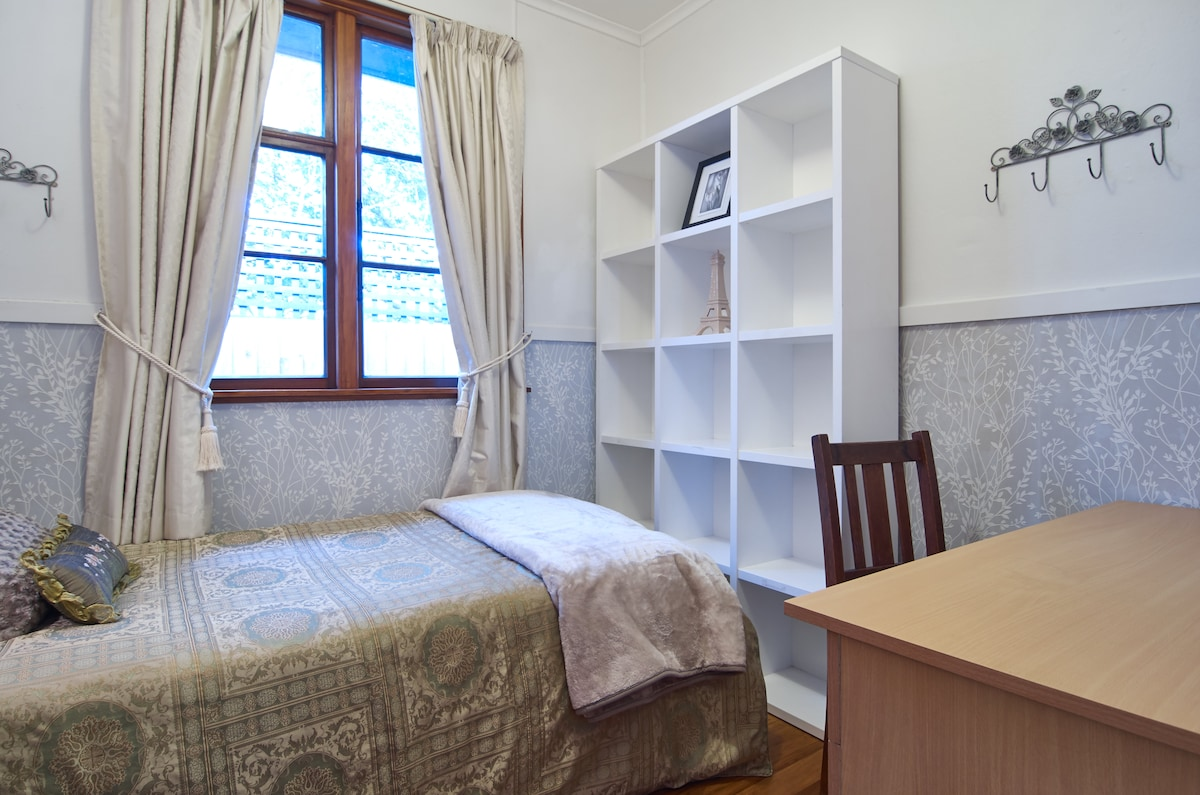 GIRLS SINGLE ROOMS airport 15 mins